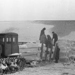 Piima jahutuseks kasut jääkuubikute Valguta kolh Mäeotsa lauda juurde virna ladumine.1960.a.